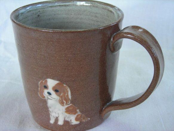 径約8.5cm×高約8cm 重さ約200g赤土に内側に白の釉薬を掛け、外側に犬(キャバリア茶)と反対側に犬の足跡を4つ描いたマグカップです。*電子... ハンドメイド、手作り、手仕事品の通販・販売・購入ならCreema。