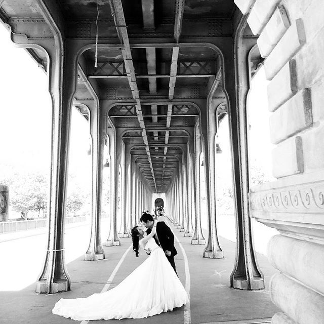 Sous le pont de Bir-Hakeim, deux amoureux - imperturbables - posent sous l'œil de leur photographe de mariage...    #love #wedding #bride #groom #weddingcouple #parisjetaime #Paris #Paris16 #BirHakeim #birhakeimbridge #bridge #beautifulFrance #JaimelaFrance #tourisminfrance #summer