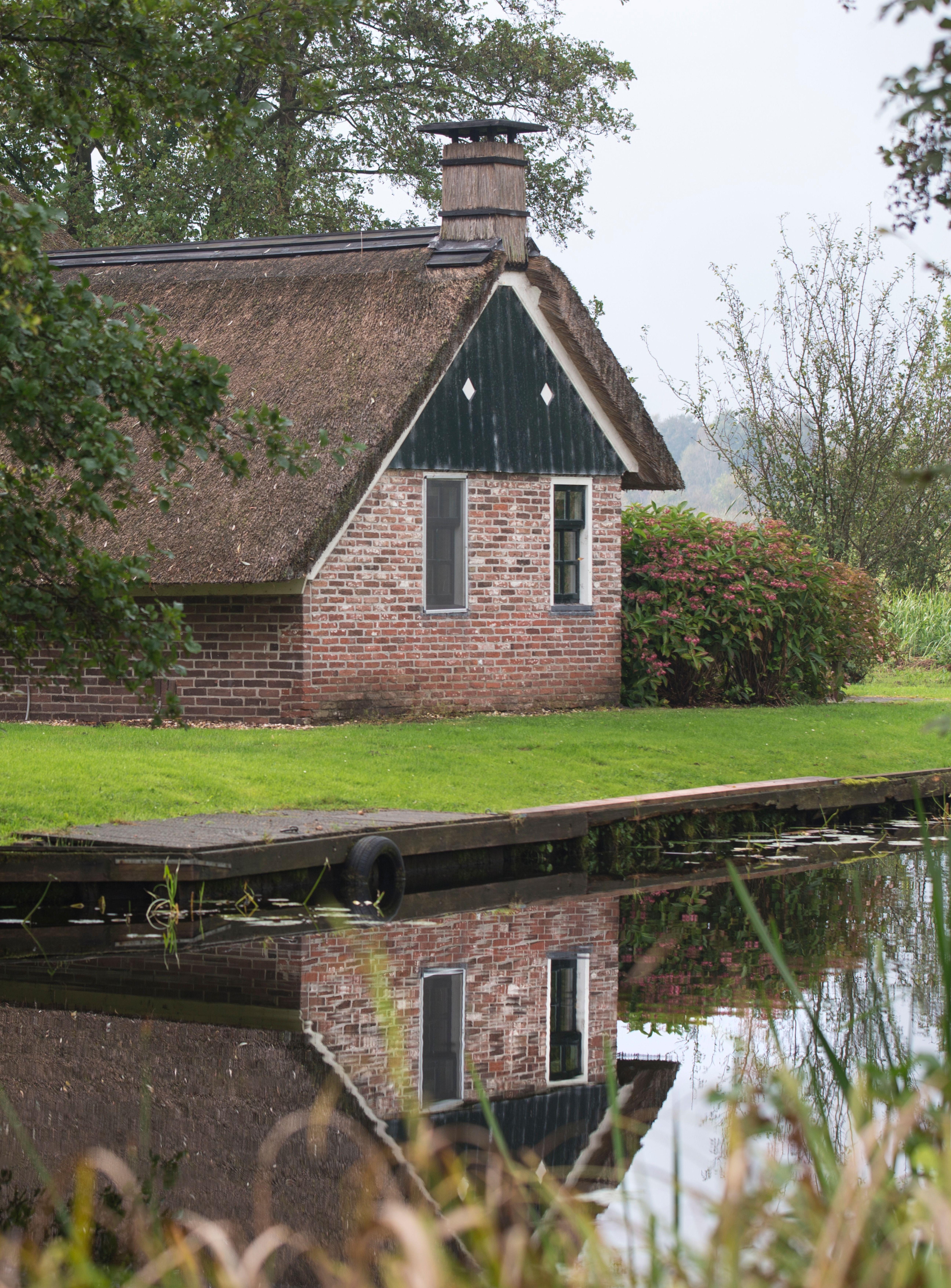 Het prachtig gelegen, rietgedekte huis Op é Polle, bereikt