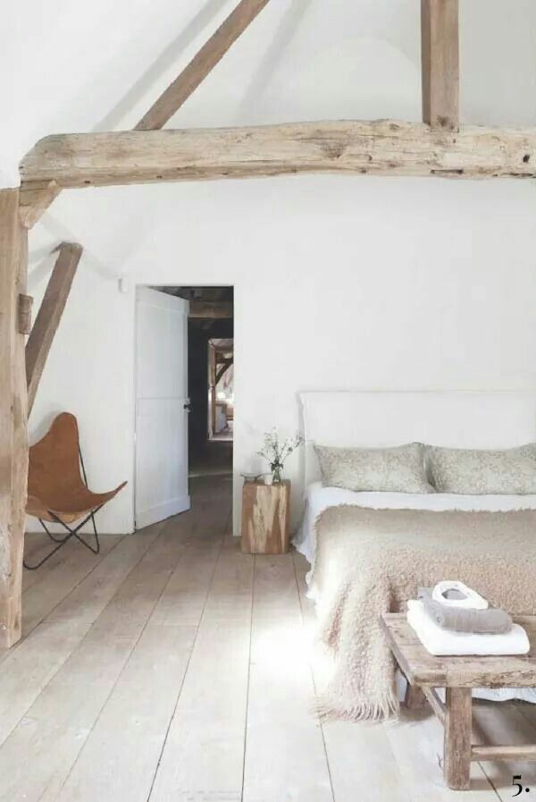 Lichte slaapkamer met natuurtinten en een prachtige houten vloer ...