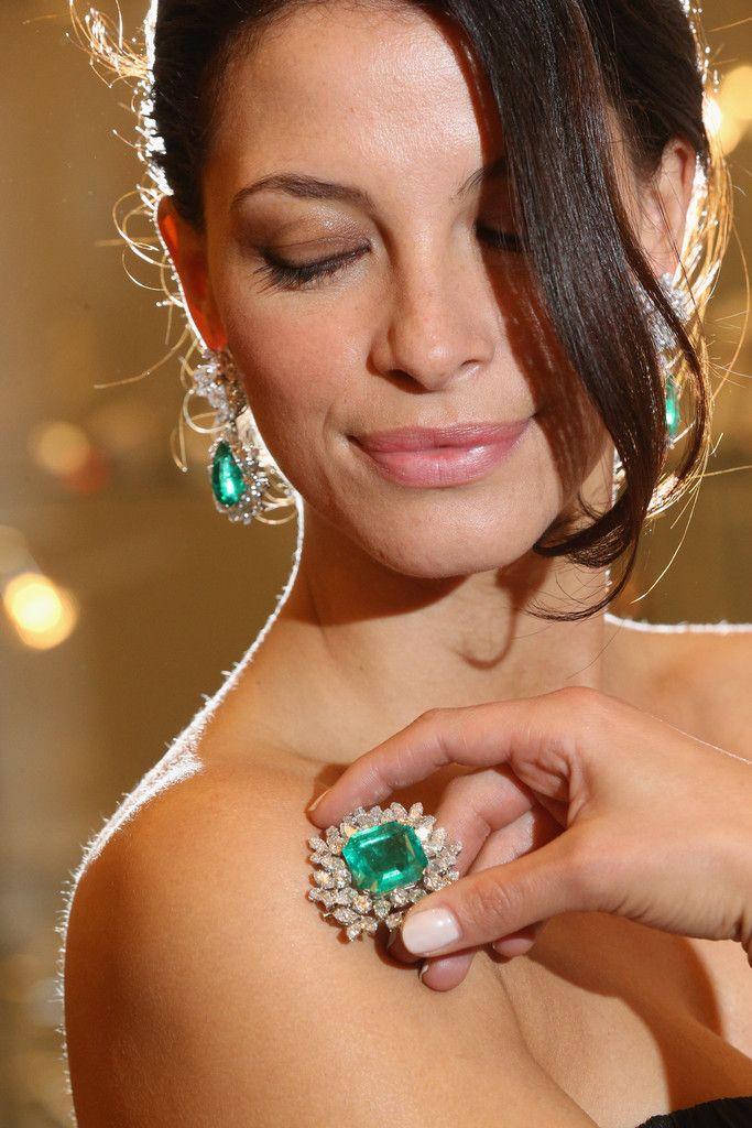 ювелирные украшения у отечественных звезд фото девка сует баклажан