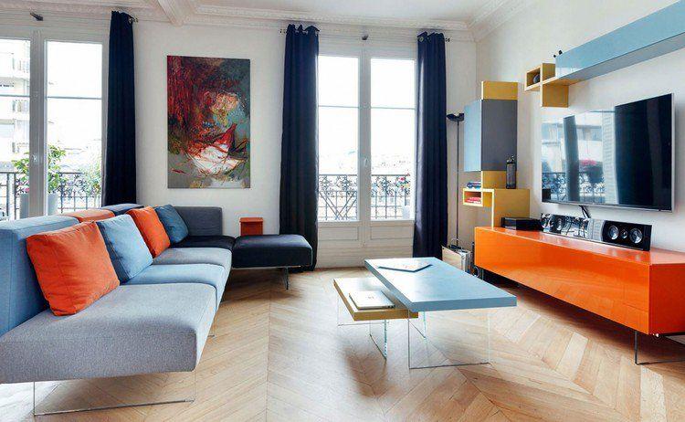 idée déco salon moderne avec canapé bleu, coussins orange ...