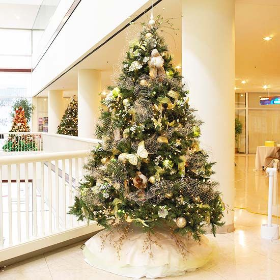 weihnachtsbaum geshm ckt mit hellen farben. Black Bedroom Furniture Sets. Home Design Ideas