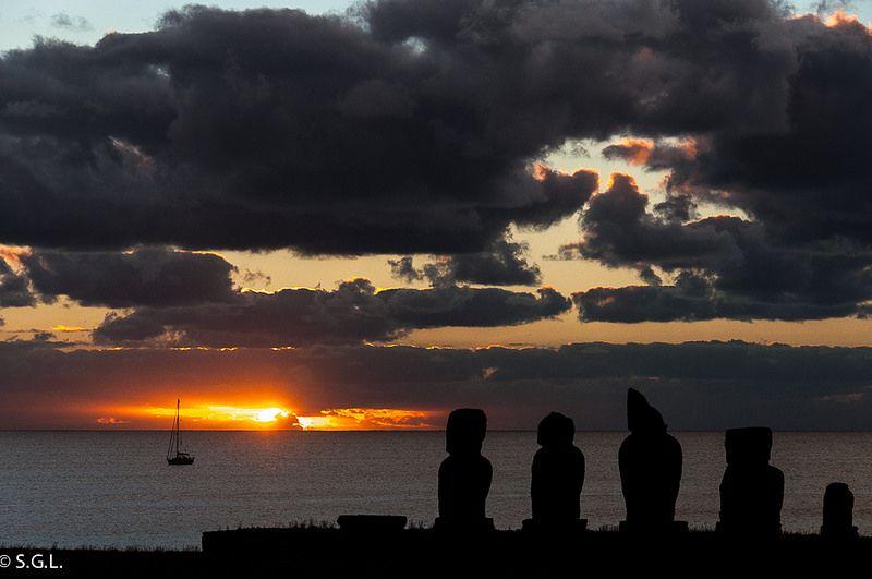 Atardecer en Isla de Pascua. http://anden-27.blogspot.com.es/
