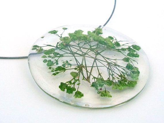 collier en r sine d claration avec gypsophiles vert pendentif de r sine ronde avec vraies. Black Bedroom Furniture Sets. Home Design Ideas