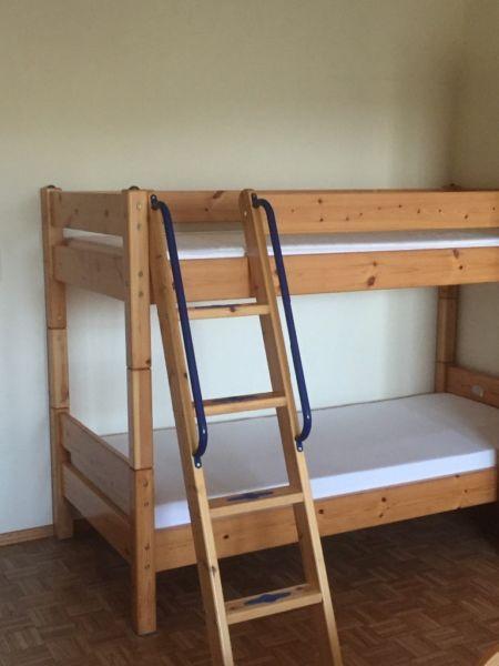 Ich verkaufe ein gebrauchtes Etagenbett aus massivem Holz