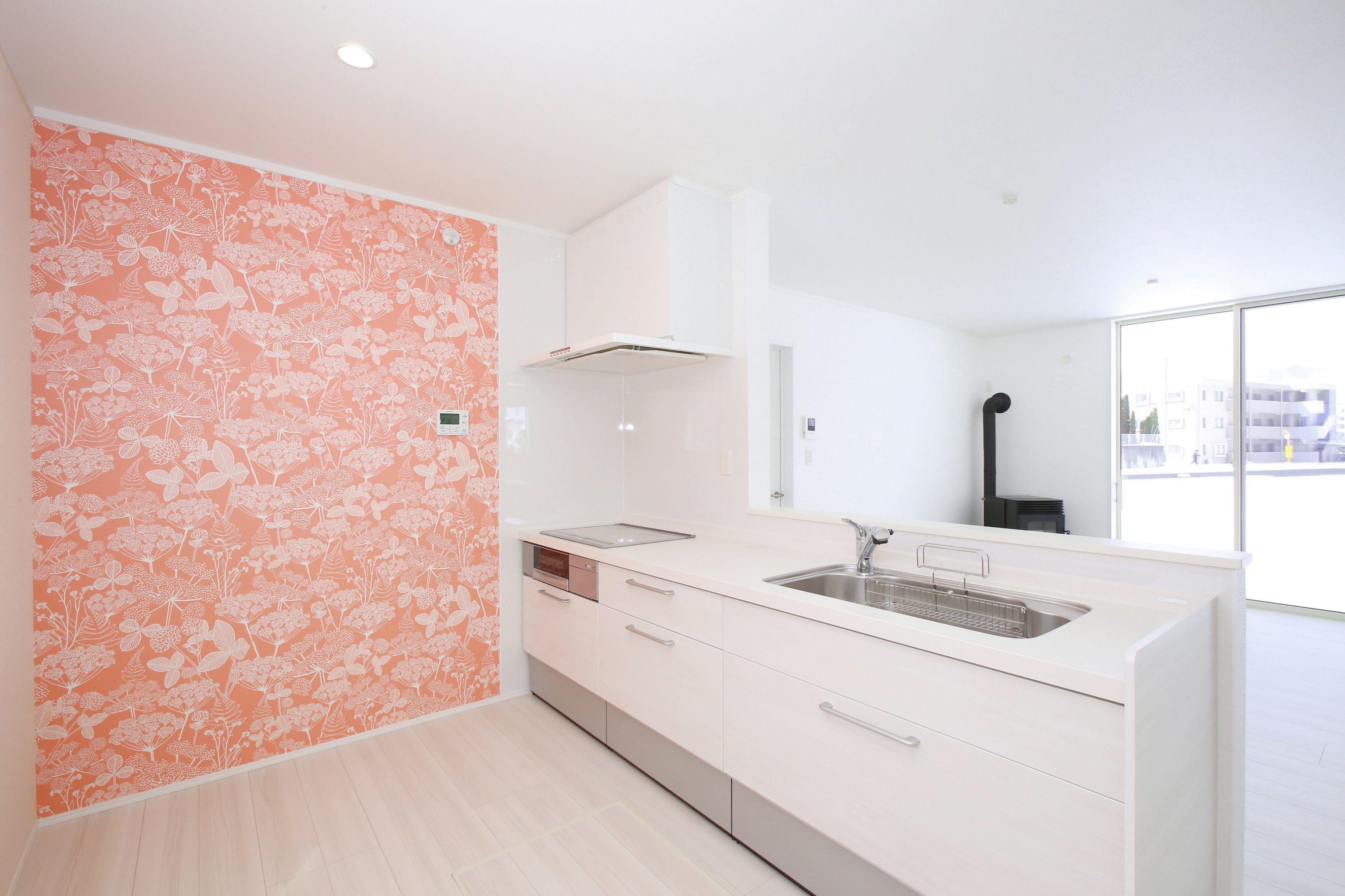 ピンクのアクセントクロスがかわいい華やかなキッチン 内装 キッチン おしゃれ アイフルホーム