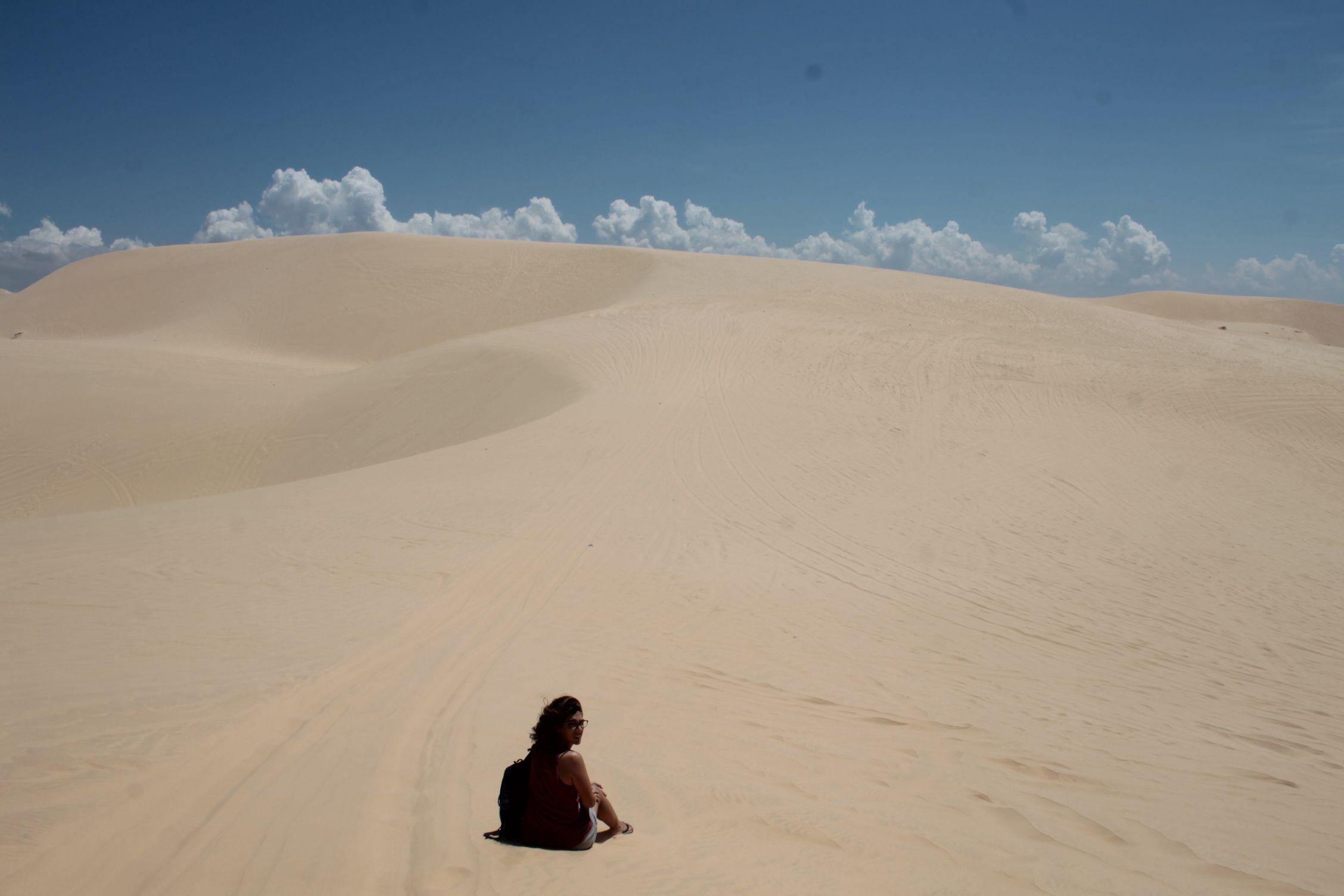 Roser sentada en las dunas blancas de Mui Ne
