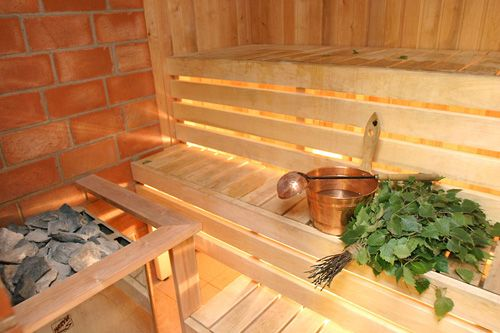 Sauna Finlandesa Aqui El Interior De Madera De Abedul Se Echa Agua - Sauna-madera