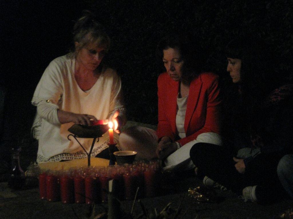 LAS CANDELAS  Uno de los primeros pasos del Ritual es la bendición de las candelas. La persona que oficia las va encendiendo y las va pasado a la  persona que esta a su izquierda…  y esta a la siguiente, formando una  cadena simbolica de Fuerza a traves delFuego