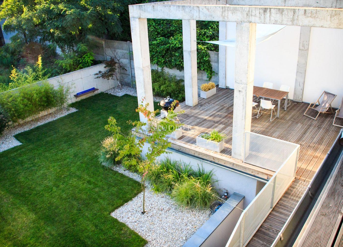 Beton Pergola Auf Einer Terrasse Als Moderner Akzent Und Kontrast Zu Holz Garten Gartengestaltung Garten Pflanzen