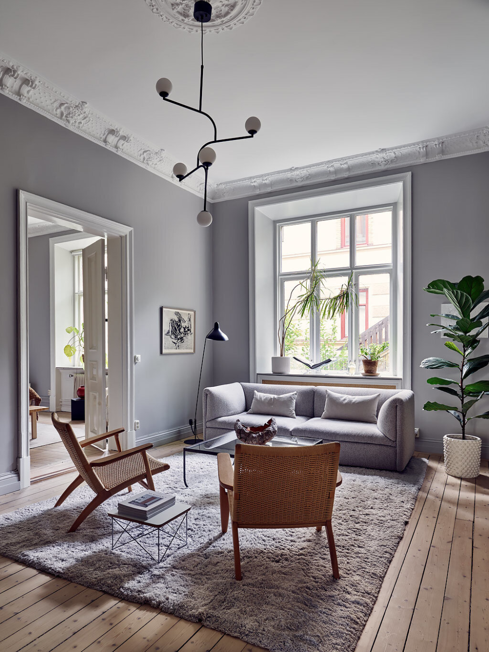 A Serene Scandinavian Apartment Decorated in Grey Tones — THE NORDROOM   Stue væg, Stue ...