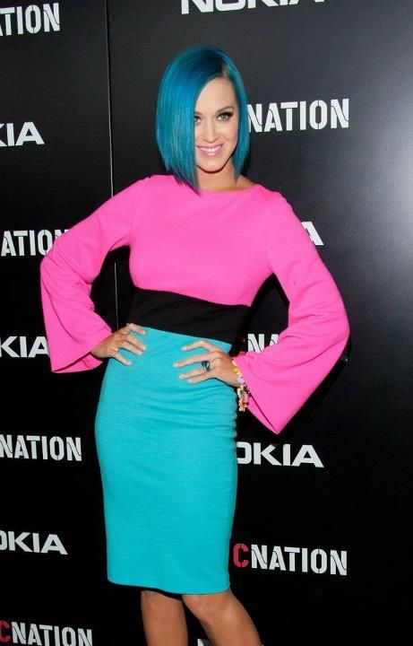 Katy Perry S Blue Hair And Blue And Pink Dress Katy Perry Legs