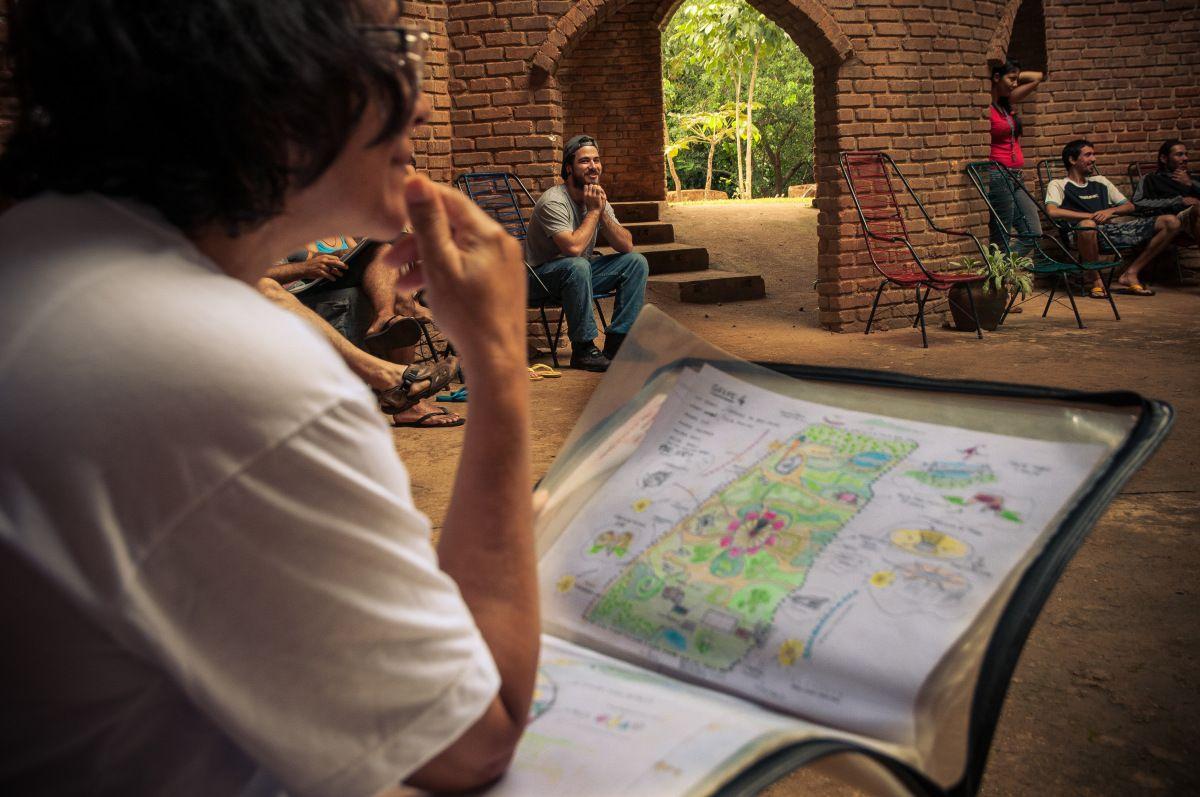 Design na Permacultura A Permacultura foi desenvolvida no começo dos anos 70 pelos australianos Bill Mollison e David Holmgren. É a arte do design aplicado como uma síntese das culturas ancestrais …