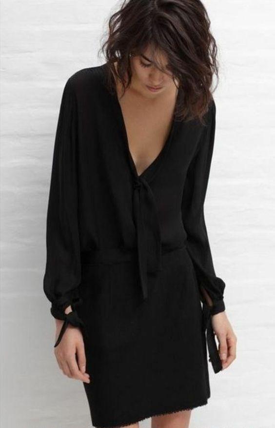 Kurzes schwarzes langarmliges kleid