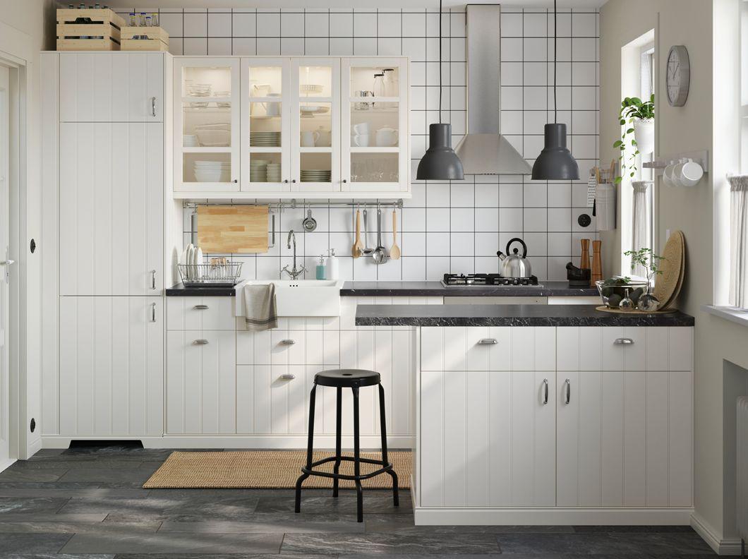 Cuisine blanche avec combinaison de portes pleines et de portes ...