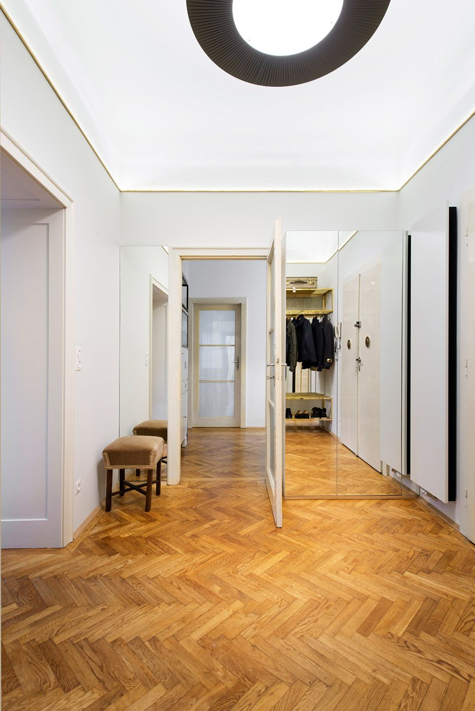 Ifub uncovers parquet flooring in 1930s art deco apartment for Decoration maison 1930 renove