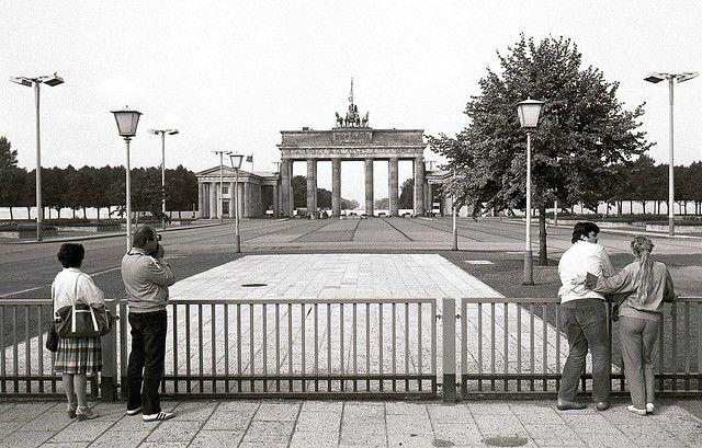 Brandenburg Gate At Ddr Times By Eastseven Berlin Hostel Via Flickr Berlijn Duitsland Koude Oorlog