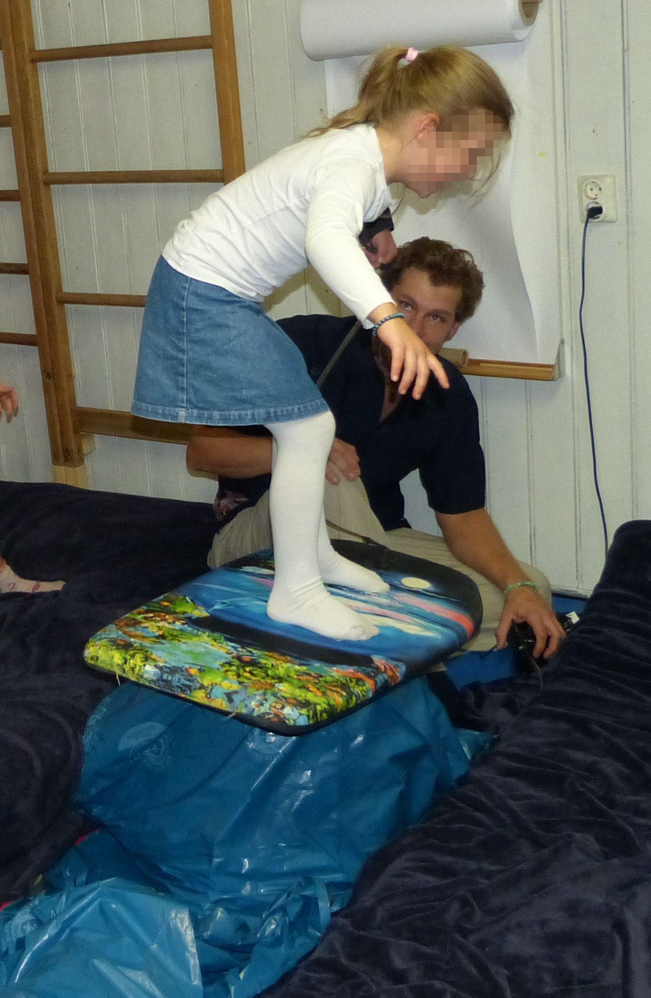 wellen reiten als party spiel ist f r kleine surfer und meerjungfrauen lustig wer kann das. Black Bedroom Furniture Sets. Home Design Ideas