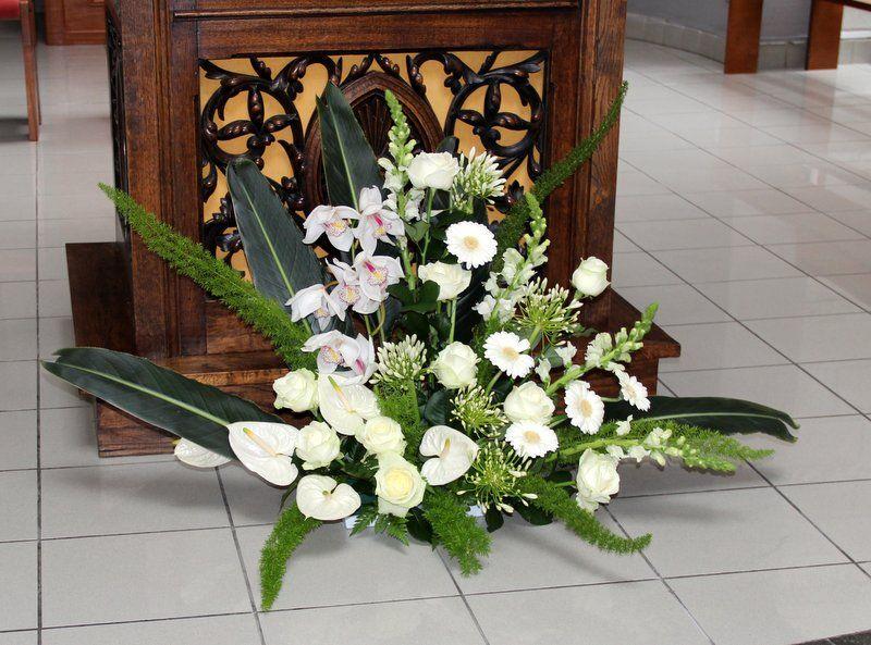 fleurs de l 39 glise pour un mariage pied de l 39 autel mariage pinterest autel pied de et. Black Bedroom Furniture Sets. Home Design Ideas