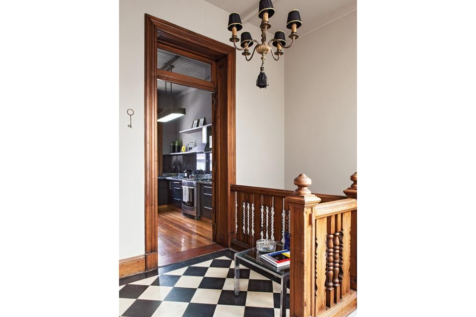 El acceso principal se da a través de una escalera de mármol de Carrara con barandas de madera, que culmina en un hall con piso damero de mo...