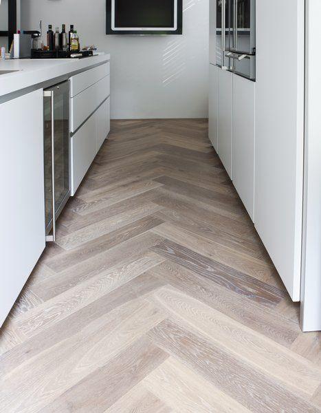 Houten visgraat vloer in de keuken van uipkes vloeren for Keuken op houten vloer