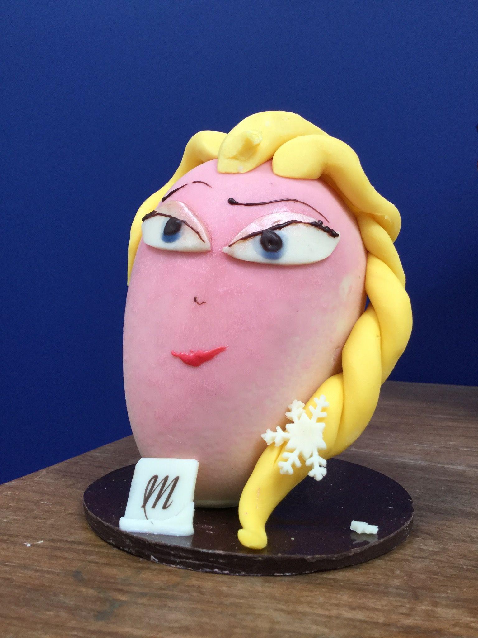 C'est un œuf en chocolat de la reine des neiges