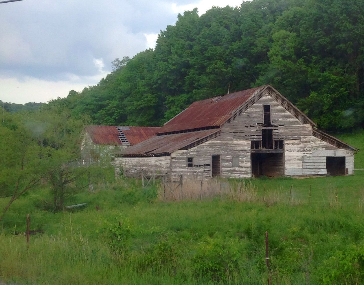 Old barn in Tennessee | Old barn, House styles, Barn