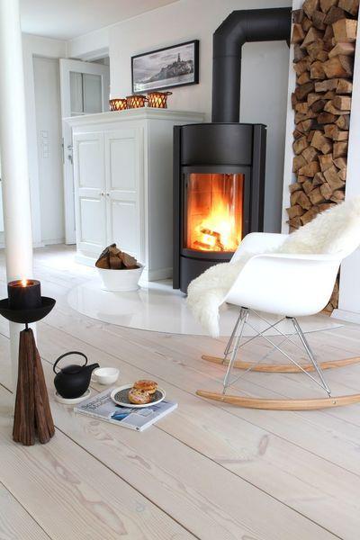 Un poêle moderne - Un poêle à bois noir design avec une déco style scandinave