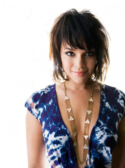 Love the spunky side of Norah. | hair styles | Norah jones, Apple ...
