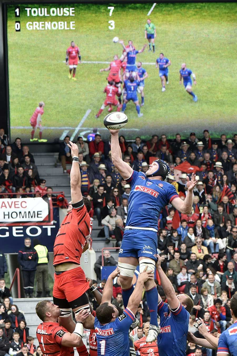 Toulouse and Grenoble contest a lineout
