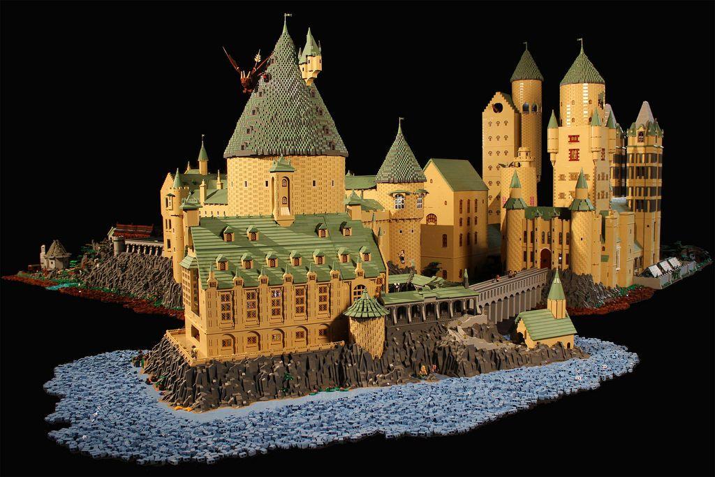 Школа Хогвартс из 400 тысяч деталей LEGO