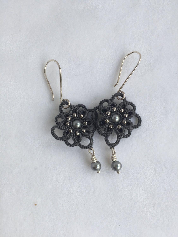 Bouches d'oreilles en frivolité - Tatting earring de la boutique BijouxTouchatout sur Etsy