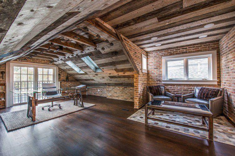 plafond poutre apparente dans une pièce sous pente, sol en parquet ...