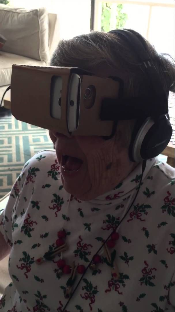 Zu Weihnachten haben zwei junge Männer ihre Grossmutter zum ersten mal mit einer selbstgebauten Virtual-Reality-Brille Achterbahn fahren lassen. Ich glaube irgendwie raushören zu können, dass die Dame Spass dabei hat My grandmother, Marie, tries Google Cardboard VR for the first time. She is watching a roller coaster simulation. We filmed this on vacation in Hawaii [ ]