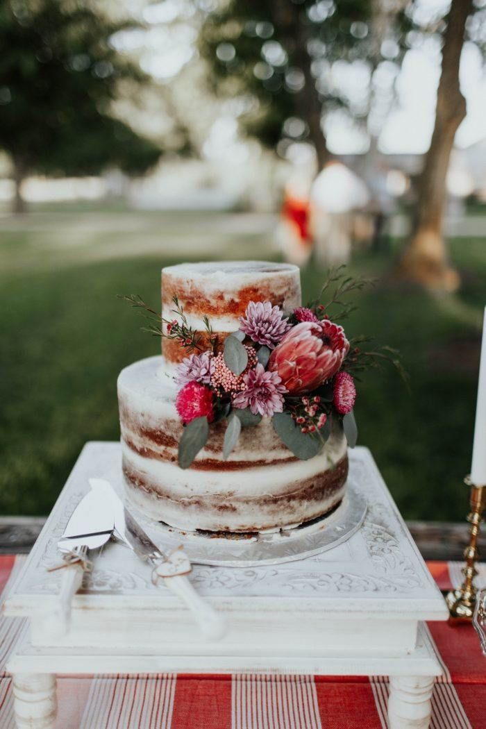 Your wedding cake is a decor element all its own! Check out these 9 sweet wedding cake trends for 2018 to pick the one that's right for you!