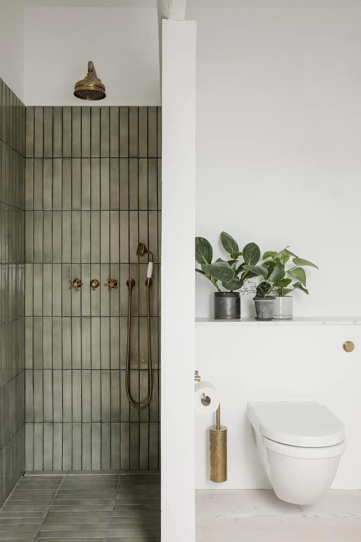 Geflieste Dusche Mit Zwischenwand Zur Toilette In 2020 Glastrennwand Dusche Fliesen Badezimmer