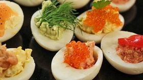 Gefüllte Eihälften mit Meerettich, Avocado-Creme und Tomatenmark