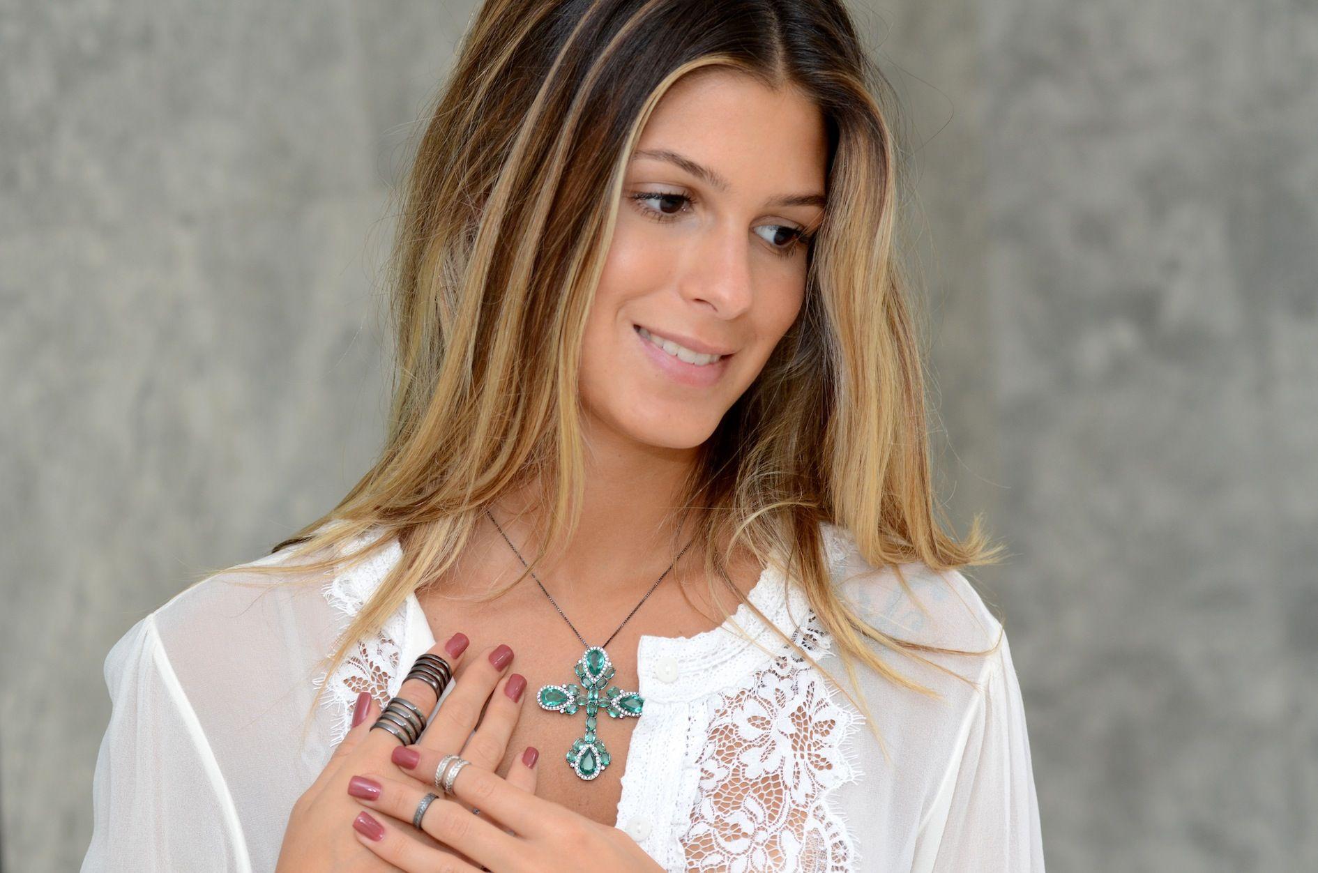 Anna Fasano, com anei e Crucifixo da Espaço A Online #semijoias #acessorios #look #moda #bijuterias