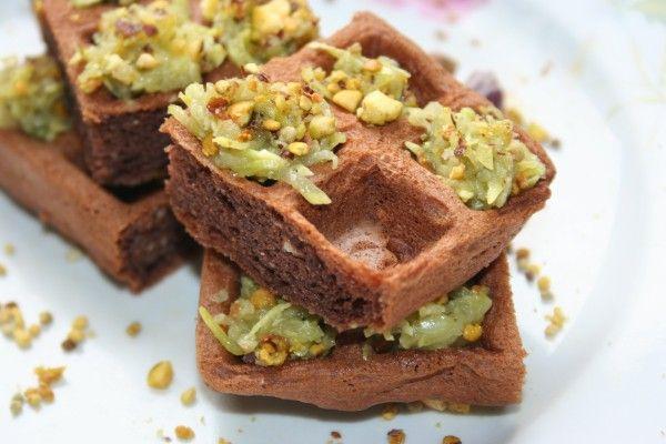 http://www.cucino-io.com/2017/05/19/waffel-al-cioccocalto-con-zucchine-granella-di-pistacchio-e-polline/ #eiincucina