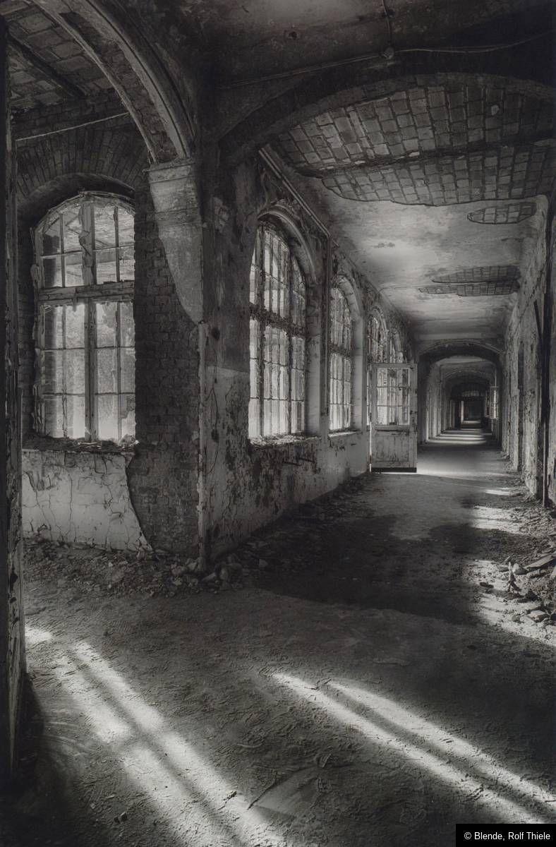 "© Blende, Rolf Thiele, Dunkle Gänge, Thema: ""Zahn der Zeit - Ästhetik des Verfalls"" |#Schwarzweiss #Verfall #LostPlace #Urbex #Gang"