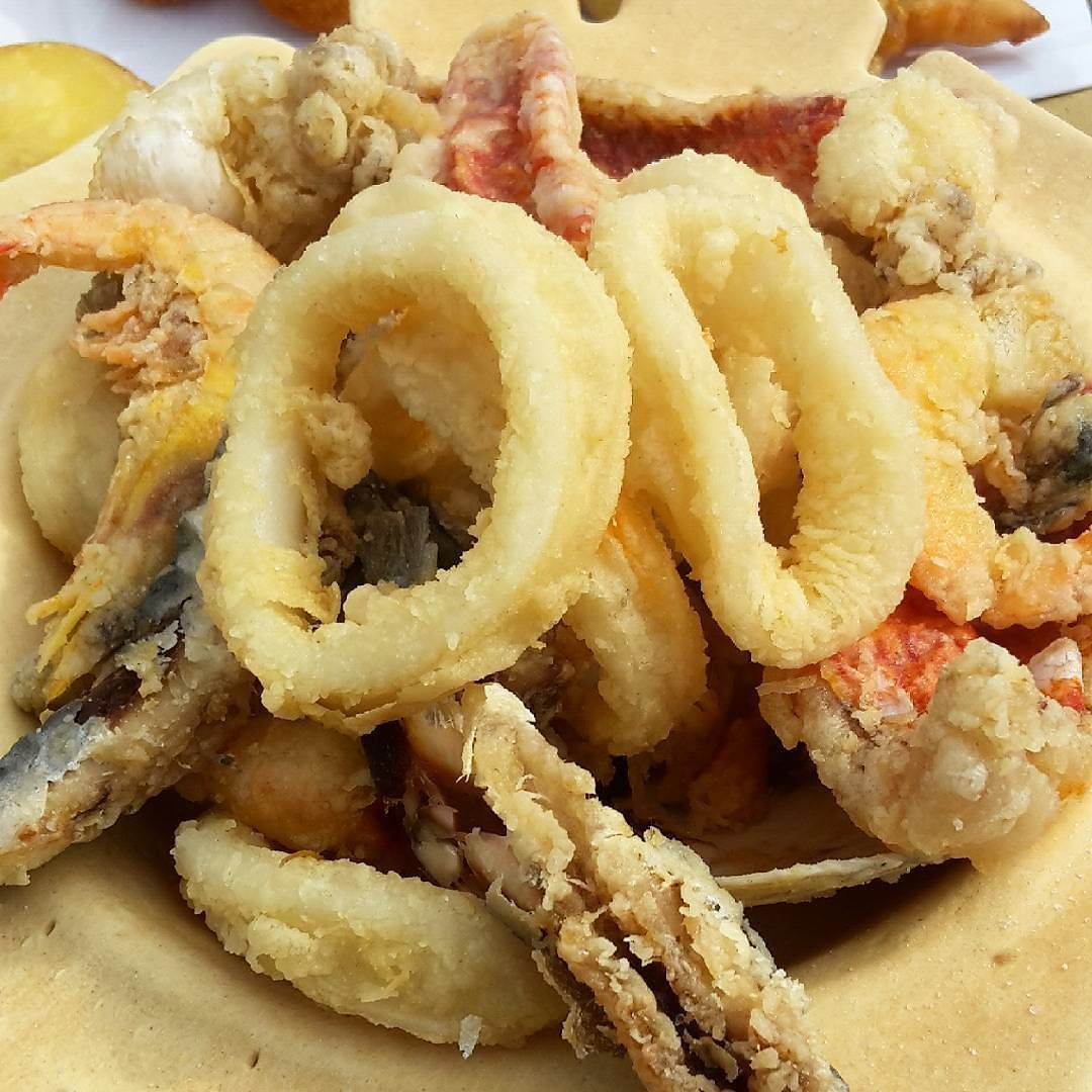 #Torcello#IsoladiTorcello#lagunaveneta#frittomisto#fish#ottimezza#simangia#eat#comer#manger#loveating#pane#bread#anelliditotano#fried#slurp#gnam#buonappetito#bontá#picofthefood#streetfood#Venice#Italy#instafood#foodie#foodexperience by ely3927