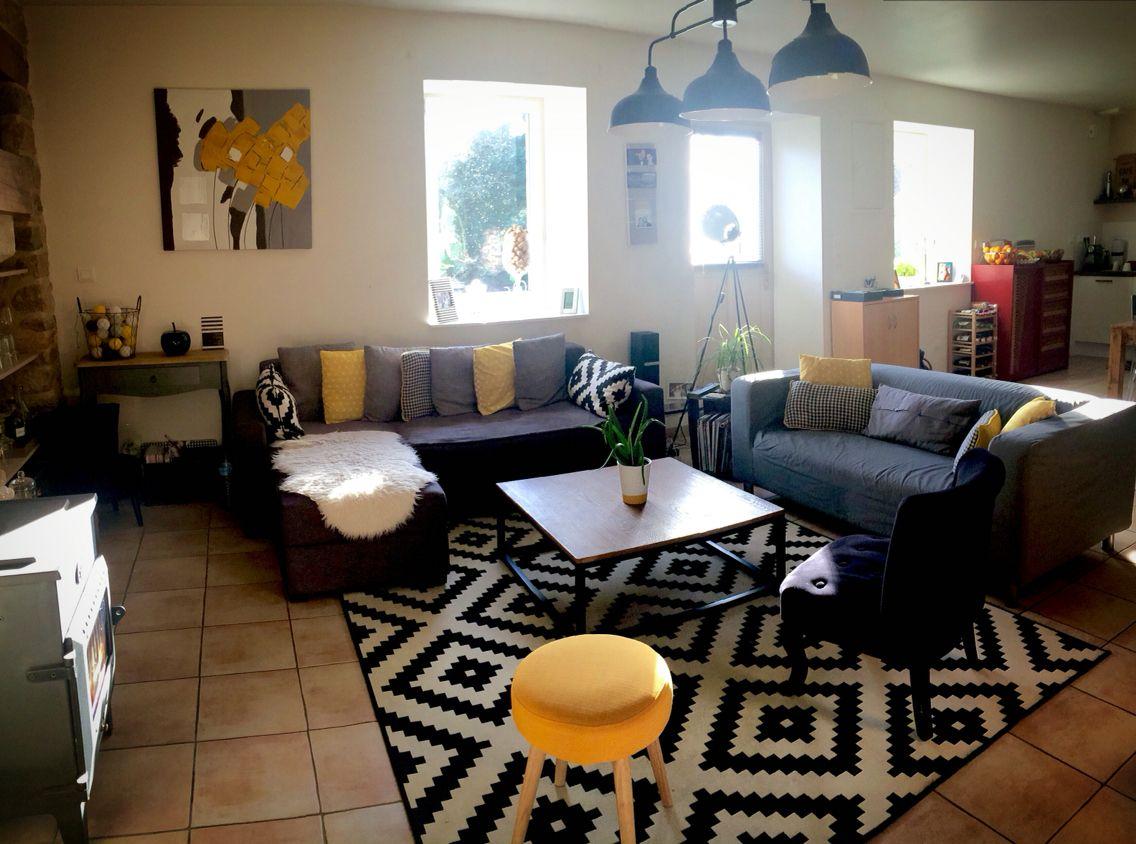 Decoration salon graphique noir et blanc, jaune, bois, industriel
