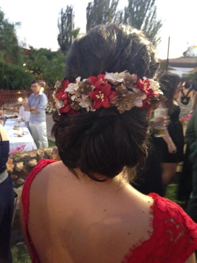 Recogido bajo y como complemento eligió un tocado de flores precioso de Mirthas…