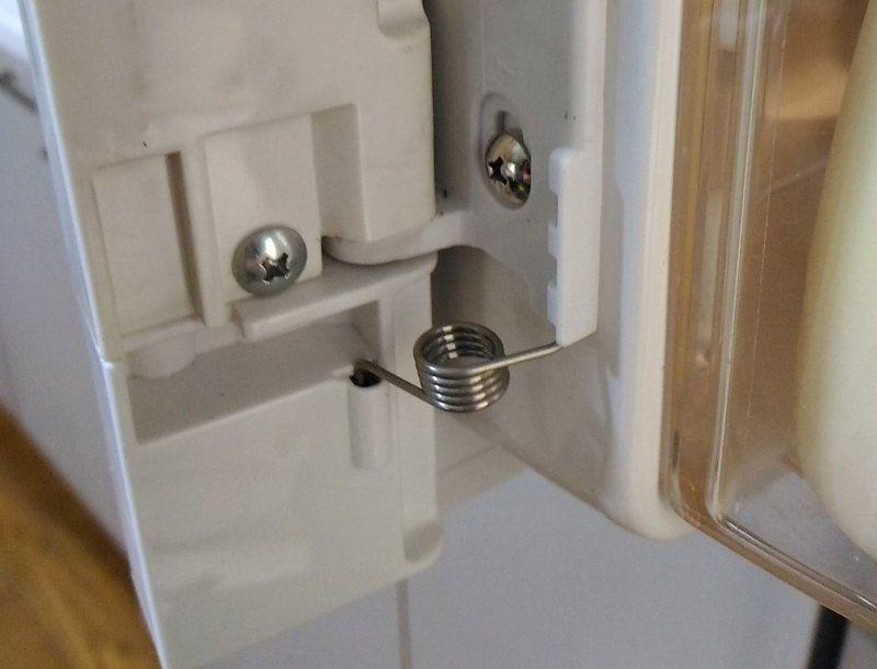 冷蔵庫のドアのバネが折れたので修理 自分で部品を取り寄せ