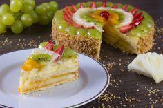 Pão-de-ló branco, recheio de creme de baunilha, cobertura de frutas e granulado de castanha de caju.