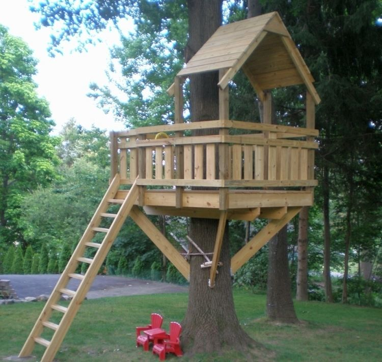 baumhaus aus holz im hinterhof selber machen spielhaus pinterest tree houses treehouse. Black Bedroom Furniture Sets. Home Design Ideas