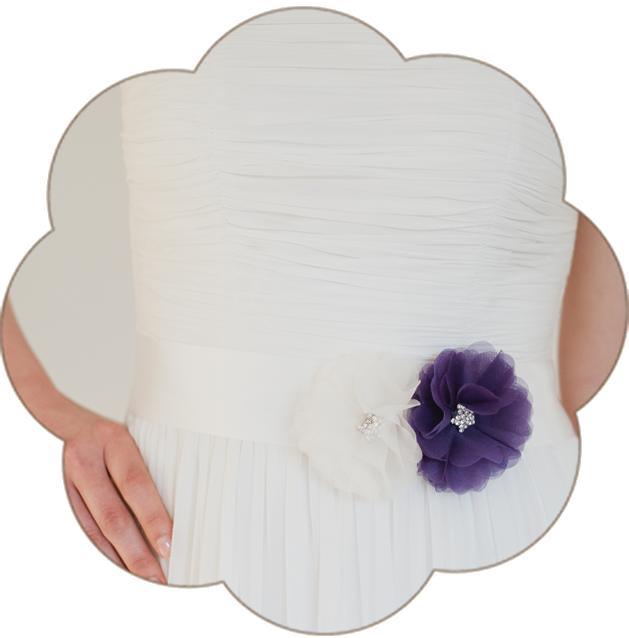 Braut Gürtel mit Seiden Blüte/n in Ivory und Flieder. 24 Farben. Wedding Belts, Sashes, Ribbons- Bridal Accessories. Ivory lilac silk flower