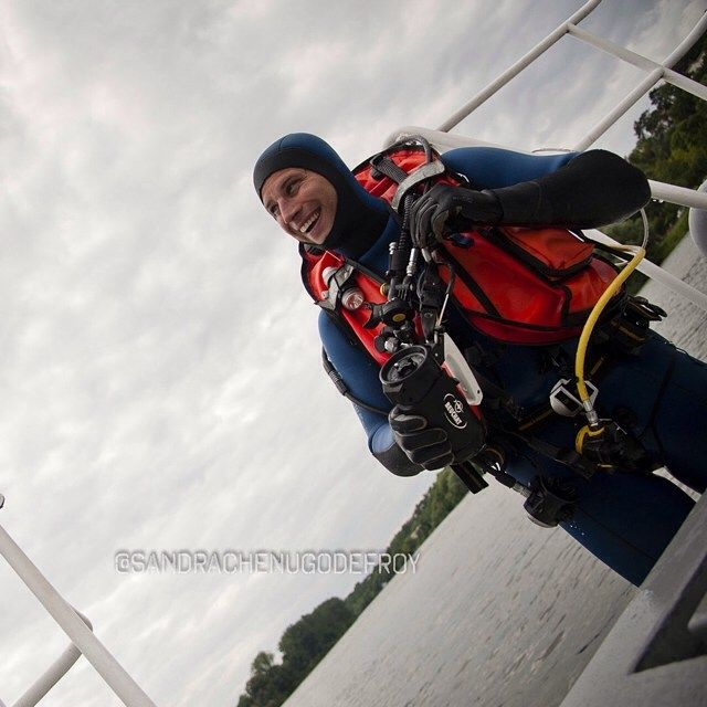 Plongeur de brigade fluviale gendarmerie à sa sortie de l'eau [Ref:1312-09-0491] #gendarmerienationale #plongeur #brigadefluviale #sourire #rire
