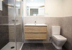 El cuarto de baño cuenta con lavabo, inodoro y ducha. Un equipamiento muy completo. #bathroom #BCN